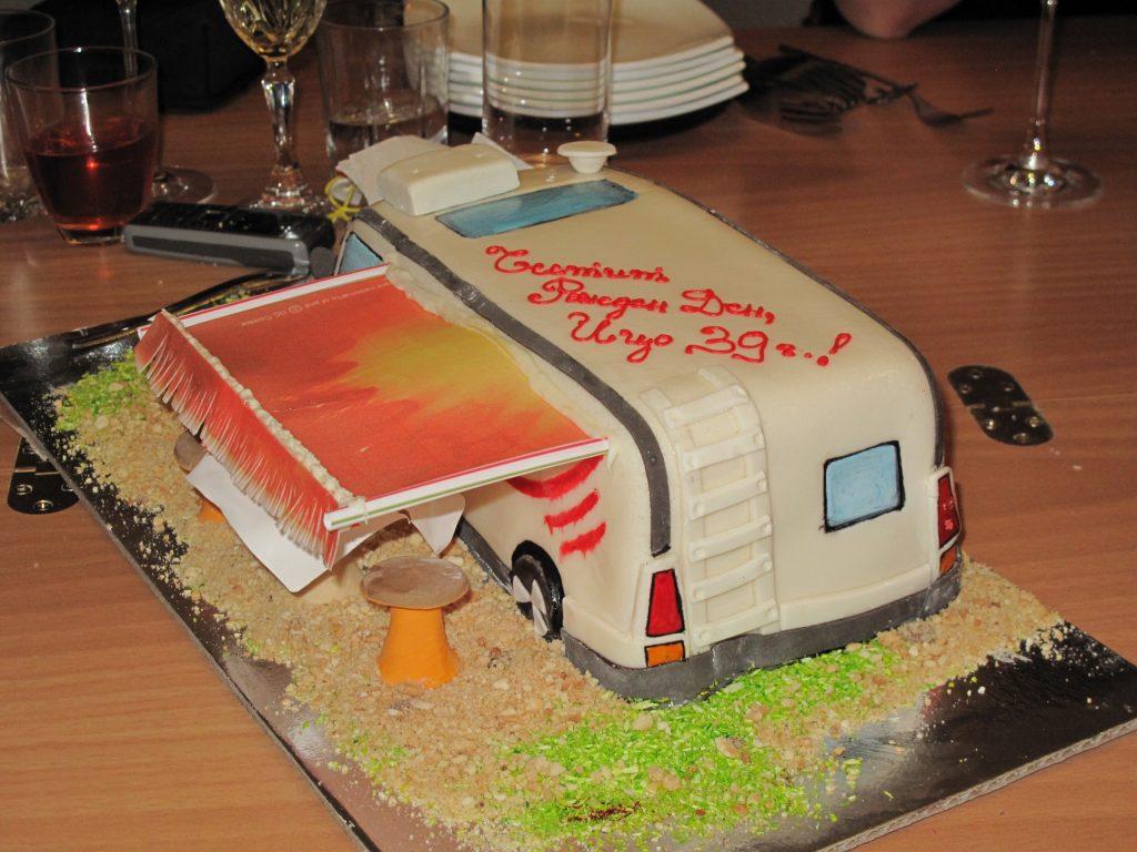 Тортата - кемпер за 39-ия рожден ден на любимия